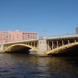 隅田川に架かる蔵前橋(東京都)