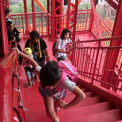 階段を登る子供たち