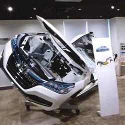 実物大の乗用車を展示