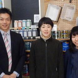 荻野社長(左)と女性スタッフ