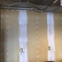パテ処理までは終えている石膏ボードむき出しの壁