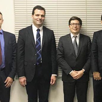 右から丹野栄一氏(サメス・クレムリン日本法人社長)、Guerric BALLU氏(オーナー・グループCEO)、Cedric PERES氏(サメス・クレムリンCEO)、Thomas VIOT氏(サメス・クレムリンアジア・パシフィック統括)