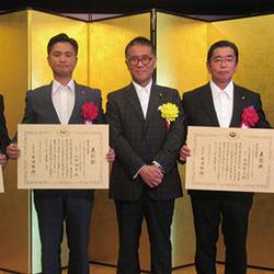 中央左から、山田翔平氏、伊藤忠彦環境副大臣、山田博文社長