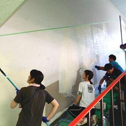 階段の壁をみんなで塗り替え