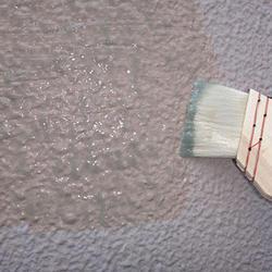 刷毛やローラーなどで塗布