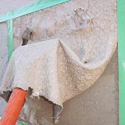軟化状態の塗膜を手工具で剥離・除去
