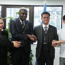 コンゴ大使と八巻氏(中央)