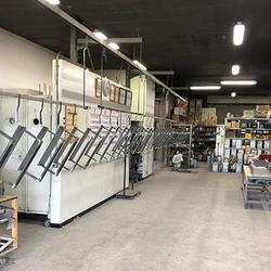 金属塗装工場。手動型塗装ラインを設置。乾燥炉の熱源はジェットヒーターを採用