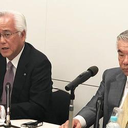 会見に立つ田中会長(右)と田堂社長(左)