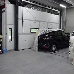 ブース横にはマスキングした自動車を置くスペース