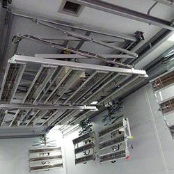 ブースの天井にも赤外線乾燥機を設置