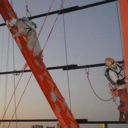 塔体の大外、垂直の鉄骨はパイプ1本の上で作業。背負い式タンクが安全性を高める