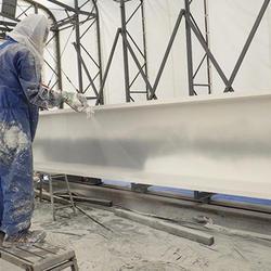 工場内で上塗り塗装を行う