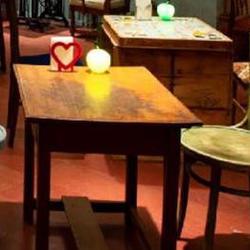 テーブル・椅子、木製の壁面は「オイルステイン」を使用