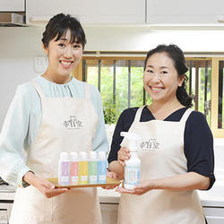 堀江博子社長(右)と「幸日堂」の店主を務める妹の村岡藍子さん(左)