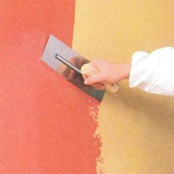 マーモットの主材をコテで塗り付け